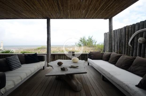 Casa sobre la playa en La Barra El Chorro. Punta For Sale 1283595
